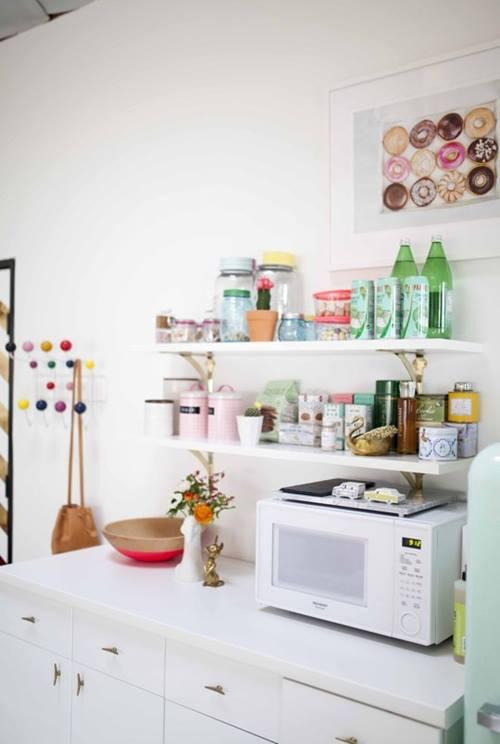 Las estanter as de toda la vida vuelven a las cocinas for Cocinas pequenas y comodas