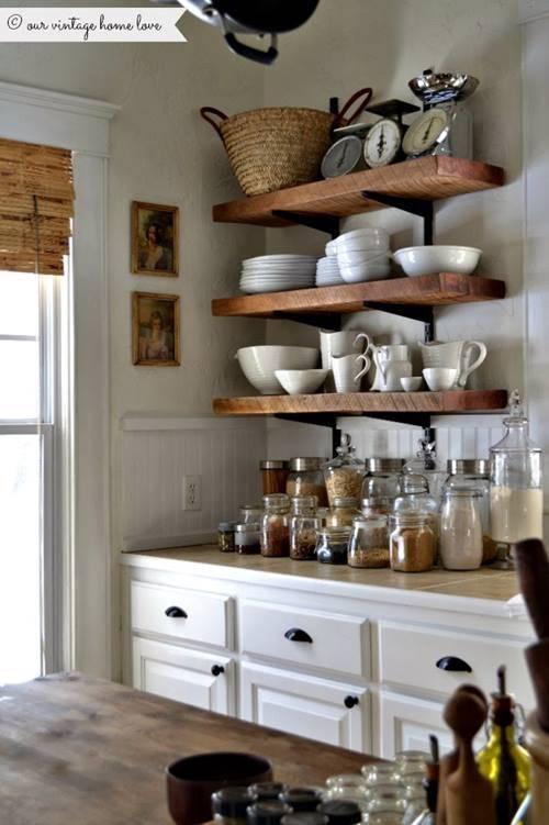 Las estanter as de toda la vida vuelven a las cocinas for Repisas rusticas para cocina