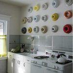 Decorar cocinas con encanto exponiendo colecciones