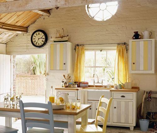 Cocinas r sticas mejor cortinas o estores cocinas con for Muebles de cocina con cortinas