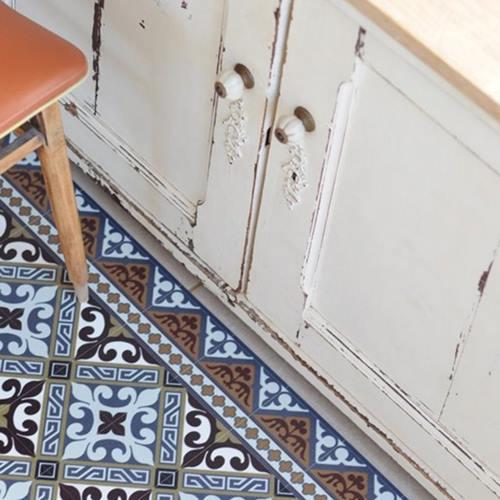 Suelos de baldosa hidráulica en tu cocina pegando vinilos geometricos 2