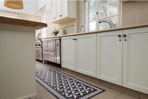 Suelos de baldosa hidráulica en tu cocina pegando vinilos geometricos 4