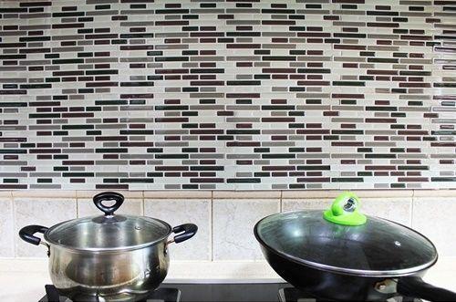 Frentes de cocina nuevos con estos azulejos adhesivos - Nuevos materiales para encimeras de cocina ...