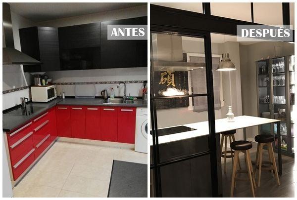 Una cocina con isla y puertas correderas de cristal con - Puerta corredera cristal cocina ...